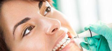 ¿Qué se hace en una limpieza dental?